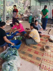 More volunteers prepping food.